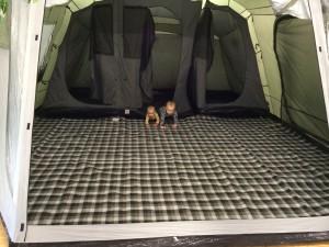 Linus und Lilly testen ein Zelt